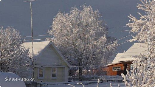 Чудесный зимний день. Морозная погода. На небе голубом сияет солнца круг. Под снегом сладко спит притихшая природа, И снежным серебром покрыто всё вокруг.  На улице бывать мне нравится в морозы; Прекрасных, светлых грёз душа моя полна, Когда стоят в снегу застывшие берёзы И снежная блестит повсюду белизна.  От солнечных лучей пушистый снег искрится, Белеет ярко гладь заснеженных полей; В такие дни в лесу приятно находиться, Увидеть невзначай там стайку снегирей...  Как огоньки, у них краснеют ярко грудки - Поэтому они видны издалека; А в полынье речной гурьбой толпятся утки И ждут, когда от льда очистится река.  Чудесный зимний день. Морозная погода, Под башмаками снег от холода скрипит; С младенчества влюблён я в это время года, Когда в холодной мгле природа сладко спит. (М. Крюков)  фото 3