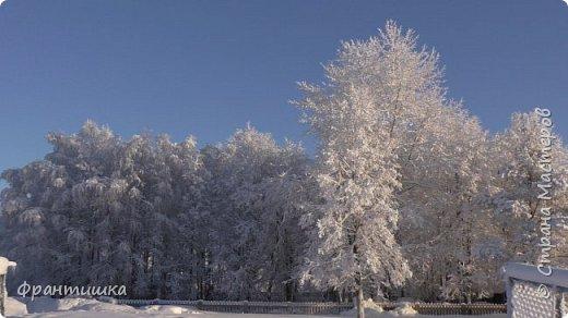 Чудесный зимний день. Морозная погода. На небе голубом сияет солнца круг. Под снегом сладко спит притихшая природа, И снежным серебром покрыто всё вокруг.  На улице бывать мне нравится в морозы; Прекрасных, светлых грёз душа моя полна, Когда стоят в снегу застывшие берёзы И снежная блестит повсюду белизна.  От солнечных лучей пушистый снег искрится, Белеет ярко гладь заснеженных полей; В такие дни в лесу приятно находиться, Увидеть невзначай там стайку снегирей...  Как огоньки, у них краснеют ярко грудки - Поэтому они видны издалека; А в полынье речной гурьбой толпятся утки И ждут, когда от льда очистится река.  Чудесный зимний день. Морозная погода, Под башмаками снег от холода скрипит; С младенчества влюблён я в это время года, Когда в холодной мгле природа сладко спит. (М. Крюков)  фото 8