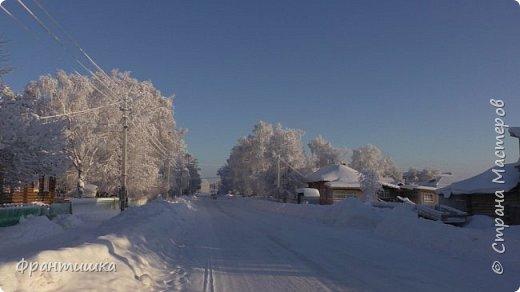 Чудесный зимний день. Морозная погода. На небе голубом сияет солнца круг. Под снегом сладко спит притихшая природа, И снежным серебром покрыто всё вокруг.  На улице бывать мне нравится в морозы; Прекрасных, светлых грёз душа моя полна, Когда стоят в снегу застывшие берёзы И снежная блестит повсюду белизна.  От солнечных лучей пушистый снег искрится, Белеет ярко гладь заснеженных полей; В такие дни в лесу приятно находиться, Увидеть невзначай там стайку снегирей...  Как огоньки, у них краснеют ярко грудки - Поэтому они видны издалека; А в полынье речной гурьбой толпятся утки И ждут, когда от льда очистится река.  Чудесный зимний день. Морозная погода, Под башмаками снег от холода скрипит; С младенчества влюблён я в это время года, Когда в холодной мгле природа сладко спит. (М. Крюков)  фото 9