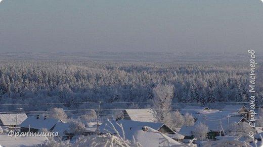 Чудесный зимний день. Морозная погода. На небе голубом сияет солнца круг. Под снегом сладко спит притихшая природа, И снежным серебром покрыто всё вокруг.  На улице бывать мне нравится в морозы; Прекрасных, светлых грёз душа моя полна, Когда стоят в снегу застывшие берёзы И снежная блестит повсюду белизна.  От солнечных лучей пушистый снег искрится, Белеет ярко гладь заснеженных полей; В такие дни в лесу приятно находиться, Увидеть невзначай там стайку снегирей...  Как огоньки, у них краснеют ярко грудки - Поэтому они видны издалека; А в полынье речной гурьбой толпятся утки И ждут, когда от льда очистится река.  Чудесный зимний день. Морозная погода, Под башмаками снег от холода скрипит; С младенчества влюблён я в это время года, Когда в холодной мгле природа сладко спит. (М. Крюков)  фото 11