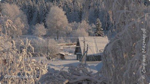 Чудесный зимний день. Морозная погода. На небе голубом сияет солнца круг. Под снегом сладко спит притихшая природа, И снежным серебром покрыто всё вокруг.  На улице бывать мне нравится в морозы; Прекрасных, светлых грёз душа моя полна, Когда стоят в снегу застывшие берёзы И снежная блестит повсюду белизна.  От солнечных лучей пушистый снег искрится, Белеет ярко гладь заснеженных полей; В такие дни в лесу приятно находиться, Увидеть невзначай там стайку снегирей...  Как огоньки, у них краснеют ярко грудки - Поэтому они видны издалека; А в полынье речной гурьбой толпятся утки И ждут, когда от льда очистится река.  Чудесный зимний день. Морозная погода, Под башмаками снег от холода скрипит; С младенчества влюблён я в это время года, Когда в холодной мгле природа сладко спит. (М. Крюков)  фото 12