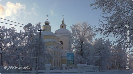 Чудесный зимний день. Морозная погода. На небе голубом сияет солнца круг. Под снегом сладко спит притихшая природа, И снежным серебром покрыто всё вокруг.  На улице бывать мне нравится в морозы; Прекрасных, светлых грёз душа моя полна, Когда стоят в снегу застывшие берёзы И снежная блестит повсюду белизна.  От солнечных лучей пушистый снег искрится, Белеет ярко гладь заснеженных полей; В такие дни в лесу приятно находиться, Увидеть невзначай там стайку снегирей...  Как огоньки, у них краснеют ярко грудки - Поэтому они видны издалека; А в полынье речной гурьбой толпятся утки И ждут, когда от льда очистится река.  Чудесный зимний день. Морозная погода, Под башмаками снег от холода скрипит; С младенчества влюблён я в это время года, Когда в холодной мгле природа сладко спит. (М. Крюков)  фото 13