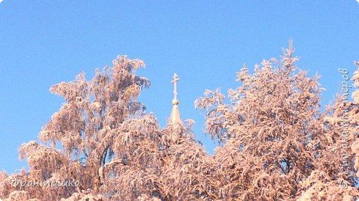 Чудесный зимний день. Морозная погода. На небе голубом сияет солнца круг. Под снегом сладко спит притихшая природа, И снежным серебром покрыто всё вокруг.  На улице бывать мне нравится в морозы; Прекрасных, светлых грёз душа моя полна, Когда стоят в снегу застывшие берёзы И снежная блестит повсюду белизна.  От солнечных лучей пушистый снег искрится, Белеет ярко гладь заснеженных полей; В такие дни в лесу приятно находиться, Увидеть невзначай там стайку снегирей...  Как огоньки, у них краснеют ярко грудки - Поэтому они видны издалека; А в полынье речной гурьбой толпятся утки И ждут, когда от льда очистится река.  Чудесный зимний день. Морозная погода, Под башмаками снег от холода скрипит; С младенчества влюблён я в это время года, Когда в холодной мгле природа сладко спит. (М. Крюков)  фото 14
