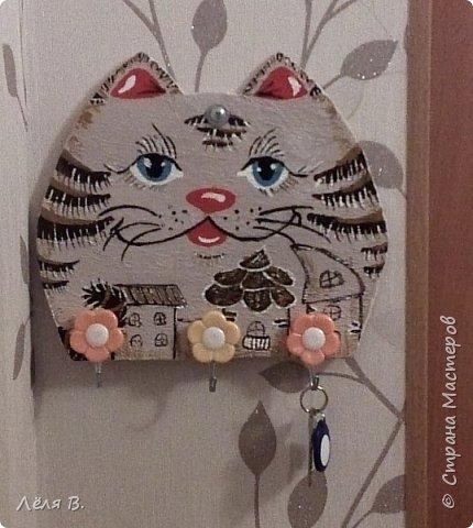 Собственно вот такой котяра поселился у нас при дверях и стережёт наши ключи ;)