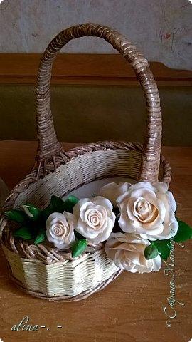 работа №1.спереди. В композицию вошли:розы,фрезия и снежноягодник..Вот такая вот корзинка полностью заполненная цветами. высота:20 см, диаметр:15 см. фото 16