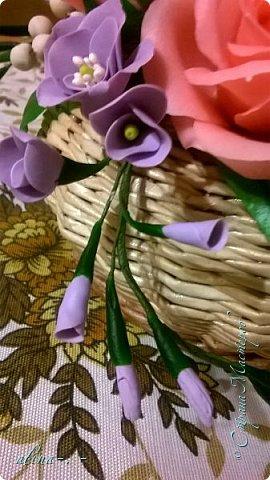работа №1.спереди. В композицию вошли:розы,фрезия и снежноягодник..Вот такая вот корзинка полностью заполненная цветами. высота:20 см, диаметр:15 см. фото 4