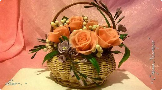 работа №1.спереди. В композицию вошли:розы,фрезия и снежноягодник..Вот такая вот корзинка полностью заполненная цветами. высота:20 см, диаметр:15 см. фото 1