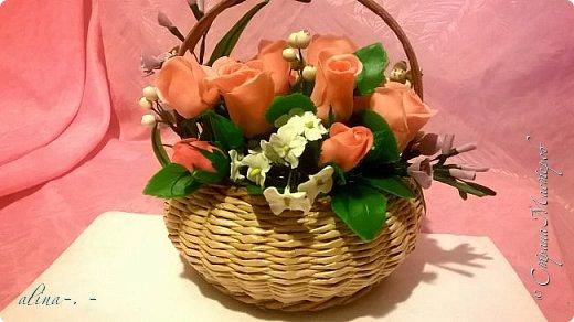 работа №1.спереди. В композицию вошли:розы,фрезия и снежноягодник..Вот такая вот корзинка полностью заполненная цветами. высота:20 см, диаметр:15 см. фото 2