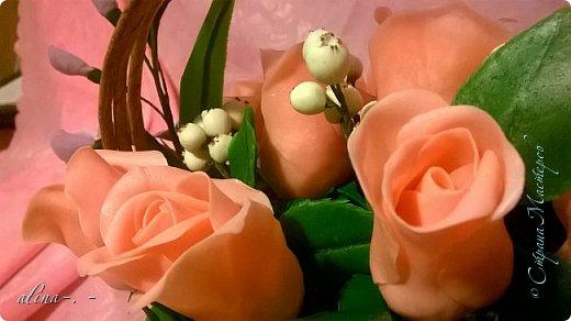 работа №1.спереди. В композицию вошли:розы,фрезия и снежноягодник..Вот такая вот корзинка полностью заполненная цветами. высота:20 см, диаметр:15 см. фото 3