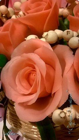 работа №1.спереди. В композицию вошли:розы,фрезия и снежноягодник..Вот такая вот корзинка полностью заполненная цветами. высота:20 см, диаметр:15 см. фото 5