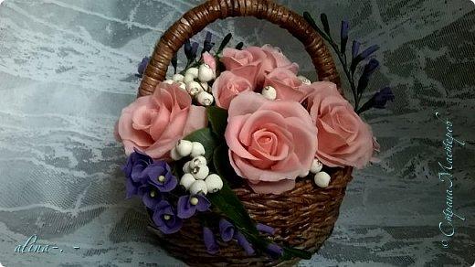 работа №1.спереди. В композицию вошли:розы,фрезия и снежноягодник..Вот такая вот корзинка полностью заполненная цветами. высота:20 см, диаметр:15 см. фото 6