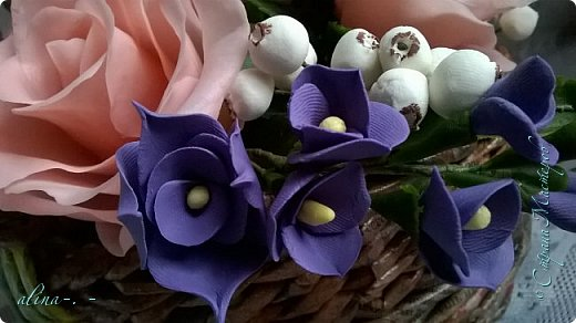 работа №1.спереди. В композицию вошли:розы,фрезия и снежноягодник..Вот такая вот корзинка полностью заполненная цветами. высота:20 см, диаметр:15 см. фото 8