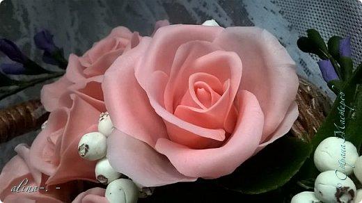 работа №1.спереди. В композицию вошли:розы,фрезия и снежноягодник..Вот такая вот корзинка полностью заполненная цветами. высота:20 см, диаметр:15 см. фото 9