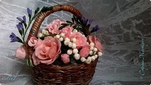работа №1.спереди. В композицию вошли:розы,фрезия и снежноягодник..Вот такая вот корзинка полностью заполненная цветами. высота:20 см, диаметр:15 см. фото 7