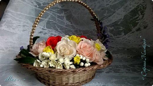 работа №1.спереди. В композицию вошли:розы,фрезия и снежноягодник..Вот такая вот корзинка полностью заполненная цветами. высота:20 см, диаметр:15 см. фото 10