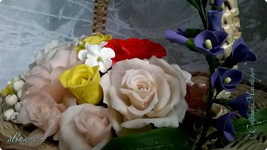 работа №1.спереди. В композицию вошли:розы,фрезия и снежноягодник..Вот такая вот корзинка полностью заполненная цветами. высота:20 см, диаметр:15 см. фото 14