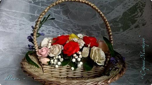 работа №1.спереди. В композицию вошли:розы,фрезия и снежноягодник..Вот такая вот корзинка полностью заполненная цветами. высота:20 см, диаметр:15 см. фото 11