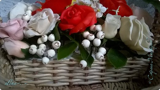 работа №1.спереди. В композицию вошли:розы,фрезия и снежноягодник..Вот такая вот корзинка полностью заполненная цветами. высота:20 см, диаметр:15 см. фото 12