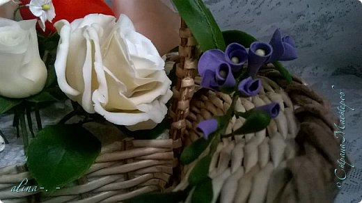 работа №1.спереди. В композицию вошли:розы,фрезия и снежноягодник..Вот такая вот корзинка полностью заполненная цветами. высота:20 см, диаметр:15 см. фото 15