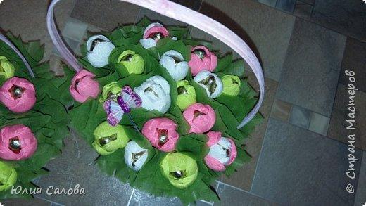 Корзинка с конфетами Тюльпанчики из конфет фото 3