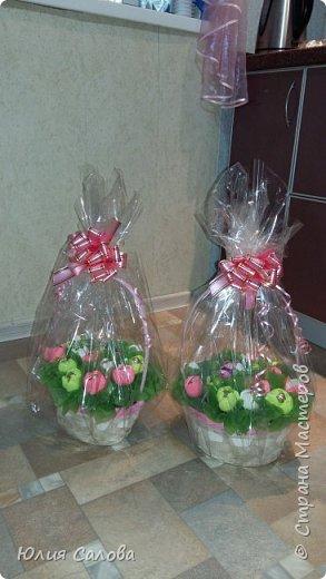Корзинка с конфетами Тюльпанчики из конфет фото 5