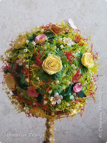 Здравствуйте, дорогие друзья, жители замечательной страны Мастеров!!!! Милые женщины, девушки, девочки!!!!!! От всего сердца хочу поздравить вас с этим прекрасным праздником весны, красоты и любви - с 8-м Марта!!!  Пусть ваша душа до краев наполнится светом, теплом и радостью от искренних пожеланий, нежных цветов, приятных подарков!!! Женщина - это самое прекрасное, что есть в этом мире, поэтому продолжайте и дальше делать его лучшим, принося добро и любовь в этот мир. Побольше улыбайтесь, ведь тем самым вы поднимаете настроение всем вокруг. Будьте всегда счастливыми, довольными, успешными, а главное - любимыми.  К этому чудесному празднику подготовила вот такие подарки!!! Решила сделать топиарии, чтобы они несли счастье и радость в дом!!! Писать много не буду.  Приятного просмотра!!!   фото 6