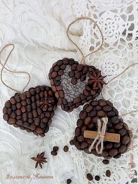 Добрый вечер, дорогие Мастерицы! Поздравляю всех с наступающим праздником 8 марта! Пусть каждый день ваш будет радостным и счастливым, а душа переполняется весенним теплом и любовью.  У меня сегодня любовь кофейная. Сделала вот такие подвески-сердечки после Дня всех влюблённых. Некоторые уже подарила девочкам в маленькие кафе, где мы иногда пьем кофе, несколько штук муж заберет с собой, подарит друзьям в кафешки.  фото 4
