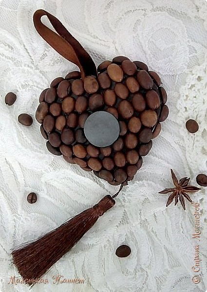 Добрый вечер, дорогие Мастерицы! Поздравляю всех с наступающим праздником 8 марта! Пусть каждый день ваш будет радостным и счастливым, а душа переполняется весенним теплом и любовью.  У меня сегодня любовь кофейная. Сделала вот такие подвески-сердечки после Дня всех влюблённых. Некоторые уже подарила девочкам в маленькие кафе, где мы иногда пьем кофе, несколько штук муж заберет с собой, подарит друзьям в кафешки.  фото 10