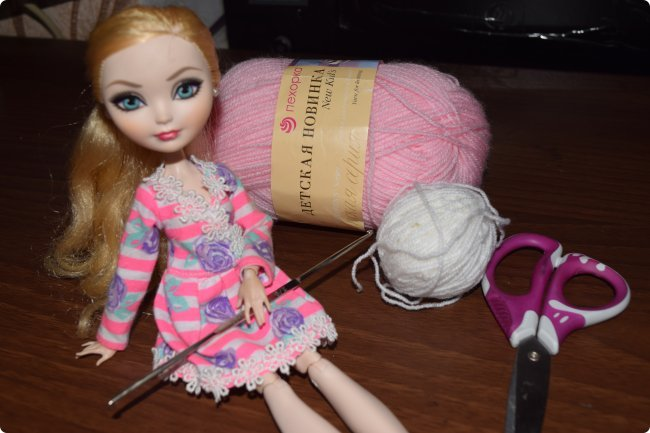 """Всем  привет с вами Пупсик 999 ! И я открываю серию мастер классов по вязанию """"Вязать легко и просто """".Сегодня мы свяжем это нежное и простое платье для куклы Эвер Афтер Хай .Ищешь подарок для своей куклы на 8 марта или хотешь просто обрадовать ? Тогда тебе суда !   фото 2"""
