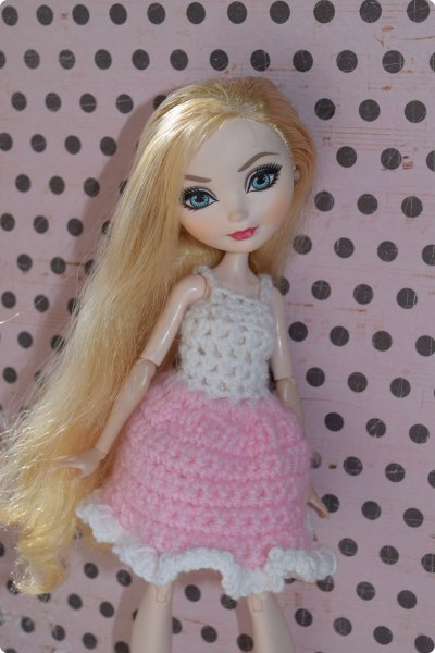 """Всем  привет с вами Пупсик 999 ! И я открываю серию мастер классов по вязанию """"Вязать легко и просто """".Сегодня мы свяжем это нежное и простое платье для куклы Эвер Афтер Хай .Ищешь подарок для своей куклы на 8 марта или хотешь просто обрадовать ? Тогда тебе суда !   фото 1"""