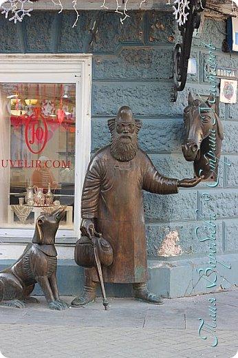. Сегодня мы решили прогуляться по родному и любимому городу Екатеринбургу. Посвящается наша прогулка скульптурам нашего города. В Екатеринбурге очень много памятников, скульптур, стелл, мемориалов . Хотим познакомить вас с его малыми архитектурными формами, поскольку они весьма интересны и охватывают все стороны человеческой жизни: эмоции, профессии, технику, географию, литературных и кино героев, любимых певцов, братьев наших меньших и т.д.  Начнем мы наше знакомство с вокзала нашего города.Это старое здание нашего вокзала давно ставшее музеем. фото 16