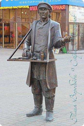 . Сегодня мы решили прогуляться по родному и любимому городу Екатеринбургу. Посвящается наша прогулка скульптурам нашего города. В Екатеринбурге очень много памятников, скульптур, стелл, мемориалов . Хотим познакомить вас с его малыми архитектурными формами, поскольку они весьма интересны и охватывают все стороны человеческой жизни: эмоции, профессии, технику, географию, литературных и кино героев, любимых певцов, братьев наших меньших и т.д.  Начнем мы наше знакомство с вокзала нашего города.Это старое здание нашего вокзала давно ставшее музеем. фото 20