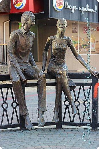 . Сегодня мы решили прогуляться по родному и любимому городу Екатеринбургу. Посвящается наша прогулка скульптурам нашего города. В Екатеринбурге очень много памятников, скульптур, стелл, мемориалов . Хотим познакомить вас с его малыми архитектурными формами, поскольку они весьма интересны и охватывают все стороны человеческой жизни: эмоции, профессии, технику, географию, литературных и кино героев, любимых певцов, братьев наших меньших и т.д.  Начнем мы наше знакомство с вокзала нашего города.Это старое здание нашего вокзала давно ставшее музеем. фото 22