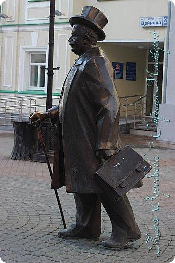 . Сегодня мы решили прогуляться по родному и любимому городу Екатеринбургу. Посвящается наша прогулка скульптурам нашего города. В Екатеринбурге очень много памятников, скульптур, стелл, мемориалов . Хотим познакомить вас с его малыми архитектурными формами, поскольку они весьма интересны и охватывают все стороны человеческой жизни: эмоции, профессии, технику, географию, литературных и кино героев, любимых певцов, братьев наших меньших и т.д.  Начнем мы наше знакомство с вокзала нашего города.Это старое здание нашего вокзала давно ставшее музеем. фото 25