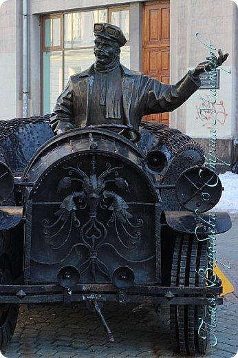 . Сегодня мы решили прогуляться по родному и любимому городу Екатеринбургу. Посвящается наша прогулка скульптурам нашего города. В Екатеринбурге очень много памятников, скульптур, стелл, мемориалов . Хотим познакомить вас с его малыми архитектурными формами, поскольку они весьма интересны и охватывают все стороны человеческой жизни: эмоции, профессии, технику, географию, литературных и кино героев, любимых певцов, братьев наших меньших и т.д.  Начнем мы наше знакомство с вокзала нашего города.Это старое здание нашего вокзала давно ставшее музеем. фото 26