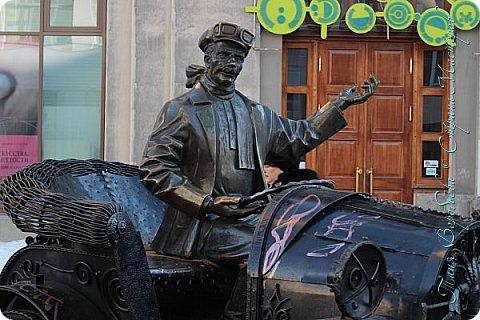 . Сегодня мы решили прогуляться по родному и любимому городу Екатеринбургу. Посвящается наша прогулка скульптурам нашего города. В Екатеринбурге очень много памятников, скульптур, стелл, мемориалов . Хотим познакомить вас с его малыми архитектурными формами, поскольку они весьма интересны и охватывают все стороны человеческой жизни: эмоции, профессии, технику, географию, литературных и кино героев, любимых певцов, братьев наших меньших и т.д.  Начнем мы наше знакомство с вокзала нашего города.Это старое здание нашего вокзала давно ставшее музеем. фото 27