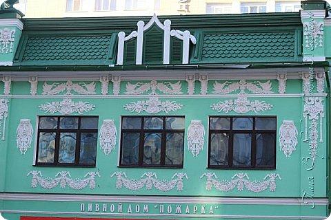 . Сегодня мы решили прогуляться по родному и любимому городу Екатеринбургу. Посвящается наша прогулка скульптурам нашего города. В Екатеринбурге очень много памятников, скульптур, стелл, мемориалов . Хотим познакомить вас с его малыми архитектурными формами, поскольку они весьма интересны и охватывают все стороны человеческой жизни: эмоции, профессии, технику, географию, литературных и кино героев, любимых певцов, братьев наших меньших и т.д.  Начнем мы наше знакомство с вокзала нашего города.Это старое здание нашего вокзала давно ставшее музеем. фото 33