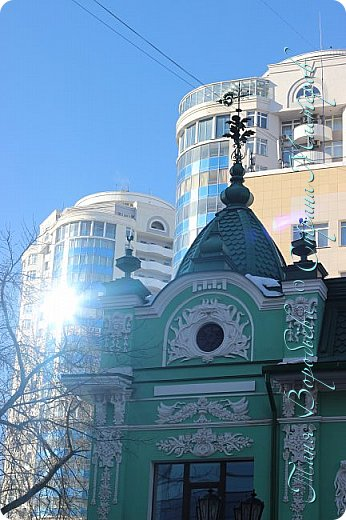 . Сегодня мы решили прогуляться по родному и любимому городу Екатеринбургу. Посвящается наша прогулка скульптурам нашего города. В Екатеринбурге очень много памятников, скульптур, стелл, мемориалов . Хотим познакомить вас с его малыми архитектурными формами, поскольку они весьма интересны и охватывают все стороны человеческой жизни: эмоции, профессии, технику, географию, литературных и кино героев, любимых певцов, братьев наших меньших и т.д.  Начнем мы наше знакомство с вокзала нашего города.Это старое здание нашего вокзала давно ставшее музеем. фото 32