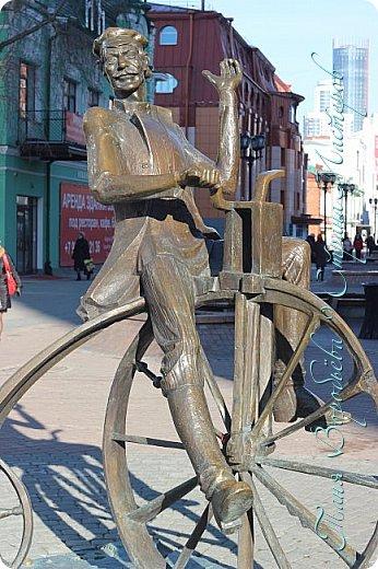 . Сегодня мы решили прогуляться по родному и любимому городу Екатеринбургу. Посвящается наша прогулка скульптурам нашего города. В Екатеринбурге очень много памятников, скульптур, стелл, мемориалов . Хотим познакомить вас с его малыми архитектурными формами, поскольку они весьма интересны и охватывают все стороны человеческой жизни: эмоции, профессии, технику, географию, литературных и кино героев, любимых певцов, братьев наших меньших и т.д.  Начнем мы наше знакомство с вокзала нашего города.Это старое здание нашего вокзала давно ставшее музеем. фото 36