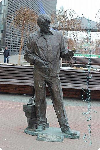 . Сегодня мы решили прогуляться по родному и любимому городу Екатеринбургу. Посвящается наша прогулка скульптурам нашего города. В Екатеринбурге очень много памятников, скульптур, стелл, мемориалов . Хотим познакомить вас с его малыми архитектурными формами, поскольку они весьма интересны и охватывают все стороны человеческой жизни: эмоции, профессии, технику, географию, литературных и кино героев, любимых певцов, братьев наших меньших и т.д.  Начнем мы наше знакомство с вокзала нашего города.Это старое здание нашего вокзала давно ставшее музеем. фото 54