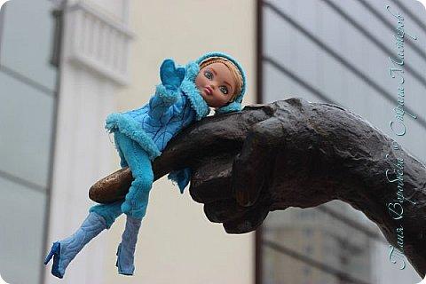 . Сегодня мы решили прогуляться по родному и любимому городу Екатеринбургу. Посвящается наша прогулка скульптурам нашего города. В Екатеринбурге очень много памятников, скульптур, стелл, мемориалов . Хотим познакомить вас с его малыми архитектурными формами, поскольку они весьма интересны и охватывают все стороны человеческой жизни: эмоции, профессии, технику, географию, литературных и кино героев, любимых певцов, братьев наших меньших и т.д.  Начнем мы наше знакомство с вокзала нашего города.Это старое здание нашего вокзала давно ставшее музеем. фото 53