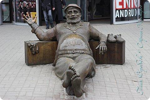 . Сегодня мы решили прогуляться по родному и любимому городу Екатеринбургу. Посвящается наша прогулка скульптурам нашего города. В Екатеринбурге очень много памятников, скульптур, стелл, мемориалов . Хотим познакомить вас с его малыми архитектурными формами, поскольку они весьма интересны и охватывают все стороны человеческой жизни: эмоции, профессии, технику, географию, литературных и кино героев, любимых певцов, братьев наших меньших и т.д.  Начнем мы наше знакомство с вокзала нашего города.Это старое здание нашего вокзала давно ставшее музеем. фото 49
