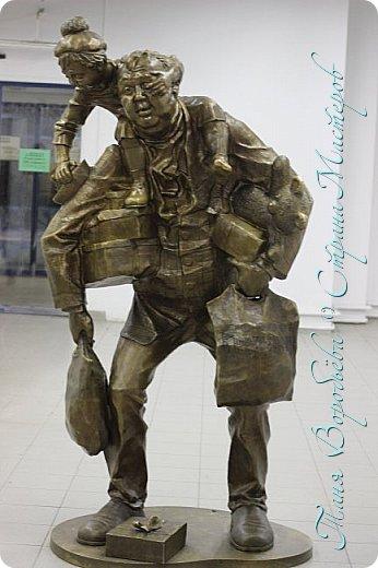 . Сегодня мы решили прогуляться по родному и любимому городу Екатеринбургу. Посвящается наша прогулка скульптурам нашего города. В Екатеринбурге очень много памятников, скульптур, стелл, мемориалов . Хотим познакомить вас с его малыми архитектурными формами, поскольку они весьма интересны и охватывают все стороны человеческой жизни: эмоции, профессии, технику, географию, литературных и кино героев, любимых певцов, братьев наших меньших и т.д.  Начнем мы наше знакомство с вокзала нашего города.Это старое здание нашего вокзала давно ставшее музеем. фото 58