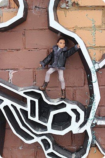 . Сегодня мы решили прогуляться по родному и любимому городу Екатеринбургу. Посвящается наша прогулка скульптурам нашего города. В Екатеринбурге очень много памятников, скульптур, стелл, мемориалов . Хотим познакомить вас с его малыми архитектурными формами, поскольку они весьма интересны и охватывают все стороны человеческой жизни: эмоции, профессии, технику, географию, литературных и кино героев, любимых певцов, братьев наших меньших и т.д.  Начнем мы наше знакомство с вокзала нашего города.Это старое здание нашего вокзала давно ставшее музеем. фото 65