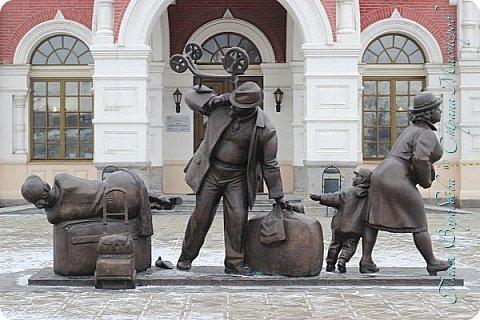 . Сегодня мы решили прогуляться по родному и любимому городу Екатеринбургу. Посвящается наша прогулка скульптурам нашего города. В Екатеринбурге очень много памятников, скульптур, стелл, мемориалов . Хотим познакомить вас с его малыми архитектурными формами, поскольку они весьма интересны и охватывают все стороны человеческой жизни: эмоции, профессии, технику, географию, литературных и кино героев, любимых певцов, братьев наших меньших и т.д.  Начнем мы наше знакомство с вокзала нашего города.Это старое здание нашего вокзала давно ставшее музеем. фото 3