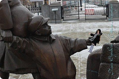 . Сегодня мы решили прогуляться по родному и любимому городу Екатеринбургу. Посвящается наша прогулка скульптурам нашего города. В Екатеринбурге очень много памятников, скульптур, стелл, мемориалов . Хотим познакомить вас с его малыми архитектурными формами, поскольку они весьма интересны и охватывают все стороны человеческой жизни: эмоции, профессии, технику, географию, литературных и кино героев, любимых певцов, братьев наших меньших и т.д.  Начнем мы наше знакомство с вокзала нашего города.Это старое здание нашего вокзала давно ставшее музеем. фото 5