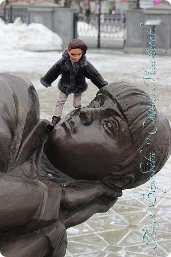 . Сегодня мы решили прогуляться по родному и любимому городу Екатеринбургу. Посвящается наша прогулка скульптурам нашего города. В Екатеринбурге очень много памятников, скульптур, стелл, мемориалов . Хотим познакомить вас с его малыми архитектурными формами, поскольку они весьма интересны и охватывают все стороны человеческой жизни: эмоции, профессии, технику, географию, литературных и кино героев, любимых певцов, братьев наших меньших и т.д.  Начнем мы наше знакомство с вокзала нашего города.Это старое здание нашего вокзала давно ставшее музеем. фото 6