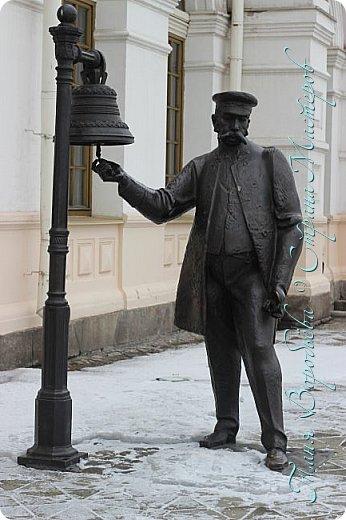 . Сегодня мы решили прогуляться по родному и любимому городу Екатеринбургу. Посвящается наша прогулка скульптурам нашего города. В Екатеринбурге очень много памятников, скульптур, стелл, мемориалов . Хотим познакомить вас с его малыми архитектурными формами, поскольку они весьма интересны и охватывают все стороны человеческой жизни: эмоции, профессии, технику, географию, литературных и кино героев, любимых певцов, братьев наших меньших и т.д.  Начнем мы наше знакомство с вокзала нашего города.Это старое здание нашего вокзала давно ставшее музеем. фото 7