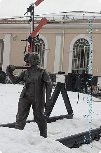 . Сегодня мы решили прогуляться по родному и любимому городу Екатеринбургу. Посвящается наша прогулка скульптурам нашего города. В Екатеринбурге очень много памятников, скульптур, стелл, мемориалов . Хотим познакомить вас с его малыми архитектурными формами, поскольку они весьма интересны и охватывают все стороны человеческой жизни: эмоции, профессии, технику, географию, литературных и кино героев, любимых певцов, братьев наших меньших и т.д.  Начнем мы наше знакомство с вокзала нашего города.Это старое здание нашего вокзала давно ставшее музеем. фото 9