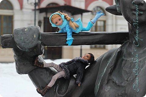 . Сегодня мы решили прогуляться по родному и любимому городу Екатеринбургу. Посвящается наша прогулка скульптурам нашего города. В Екатеринбурге очень много памятников, скульптур, стелл, мемориалов . Хотим познакомить вас с его малыми архитектурными формами, поскольку они весьма интересны и охватывают все стороны человеческой жизни: эмоции, профессии, технику, географию, литературных и кино героев, любимых певцов, братьев наших меньших и т.д.  Начнем мы наше знакомство с вокзала нашего города.Это старое здание нашего вокзала давно ставшее музеем. фото 10
